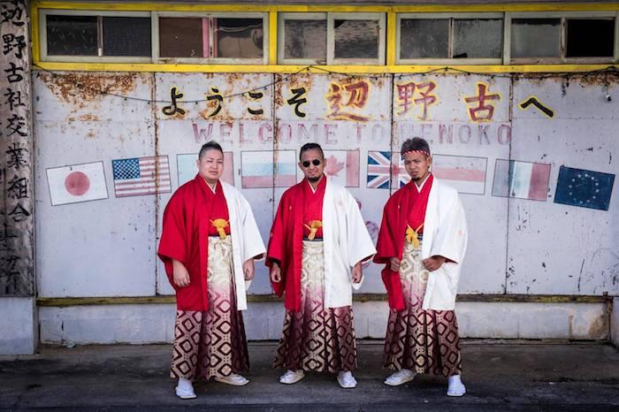 写真・図版 : 辺野古の成人式に出席した若者たち。『沖縄のことを教えてください』から(写真はいずれも初沢亜利撮影)