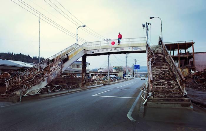 写真・図版 : 2011年4月、気仙沼の歩道橋