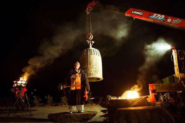 写真・図版 : 2011年の大晦日、流された鐘を吊って 気仙沼