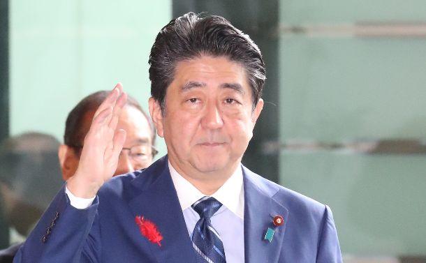 首相官邸に入る安倍晋三首相=2018年10月10日
