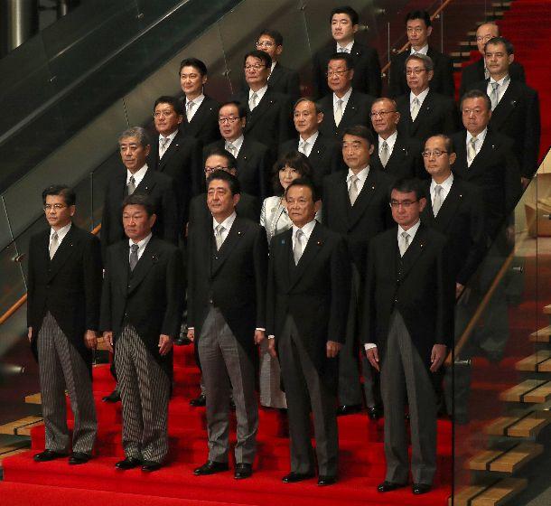 写真・図版 : 初閣議を終え、記念撮影に臨む第4次安倍改造内閣の閣僚ら=2018年10月2日