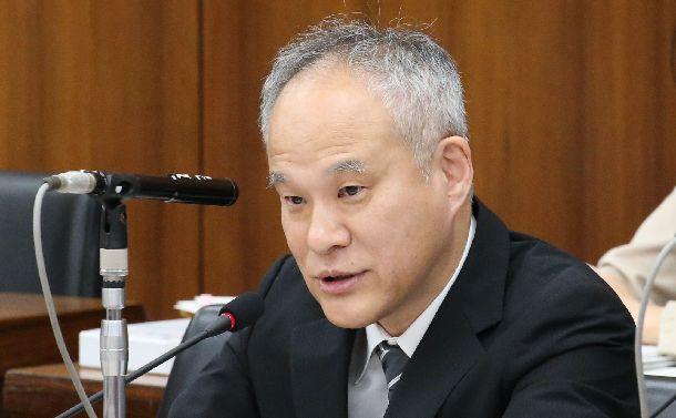 衆議院憲法審査会において意見陳述をする長谷部恭男氏=2015年6月4日、国会