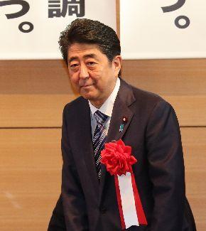 写真・図版 : 新憲法制定議員同盟の会合に出席した安倍晋三首相=2017年5月1日、東京・永田町