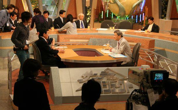 田原総一朗(中央)が出演していたテレビ朝日「サンデープロジェクト」でCMの合間に慌ただしく作業するスタッフ=2006年3月12日、東京・六本木