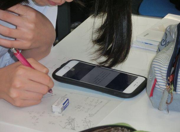 写真・図版 : 授業でスマートフォンの活用をする神奈川県立横須賀高校