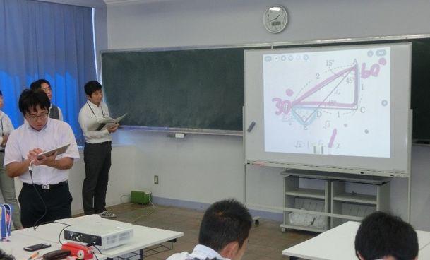 写真・図版 : 教師がタブレット、生徒がスマートフォンを使った数学の授業=神奈川県立横須賀高校の公開授業