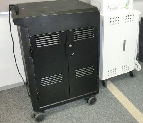 写真・図版 : 共用のタブレットやノートパソコンは、充電もできる専用のBOXに入れられ、教師が使う教室にその都度移動させている場合が多い