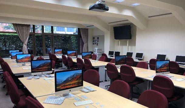 写真・図版 : 香蘭女学校のパソコンルーム(提供写真)