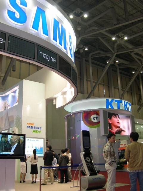 写真・図版 : 韓国は2000年代に入って急速にIT商品開発に力を入れ始めた。2005年、釜山で開かれたアジア太平洋経済協力会議(APEC)の会場でも、サムスン電子やKTの展示ブースを置いて技術力を世界にアピールした