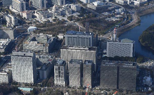 写真・図版 : 霞が関官庁一帯と国会議事堂(奥)。社会や公共を国家ばかりが担う時代は終わったのか。