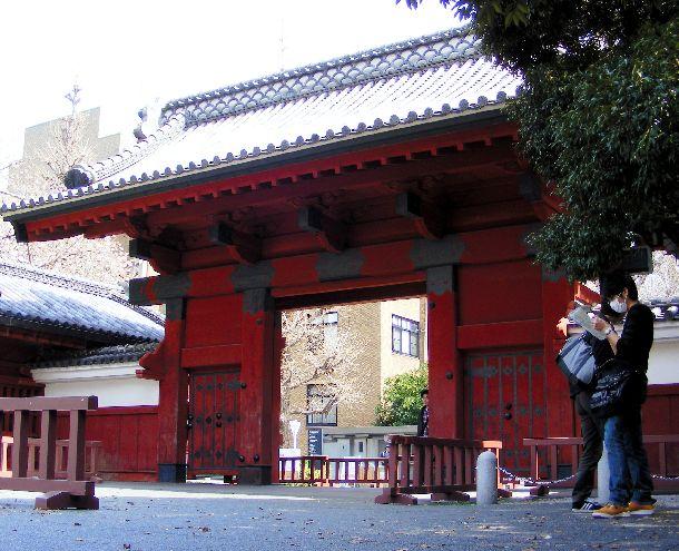 写真・図版 : 東京大学の赤門。東大からは毎年、多くの学生が官僚の世界に。