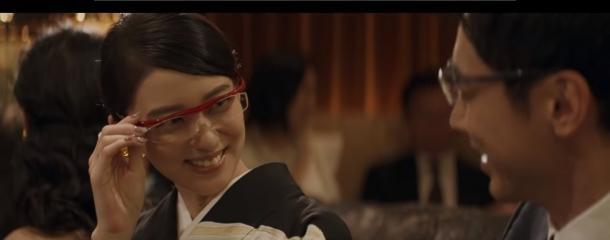 オンエアされている第3弾。今度は銀座にでもありそうな高級クラブの店内。そのママに扮するのが武井咲だ。当然、彼女の主演ドラマ『黒革の手帖』を意識してのものである。そこに客としてやってくる小泉孝太郎