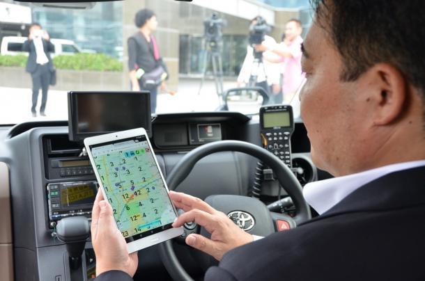 写真・図版 : タブレットで「AI」による情報を活用して客の需要の高いエリアを調べる実験も始まった=2018年9月、浜松市
