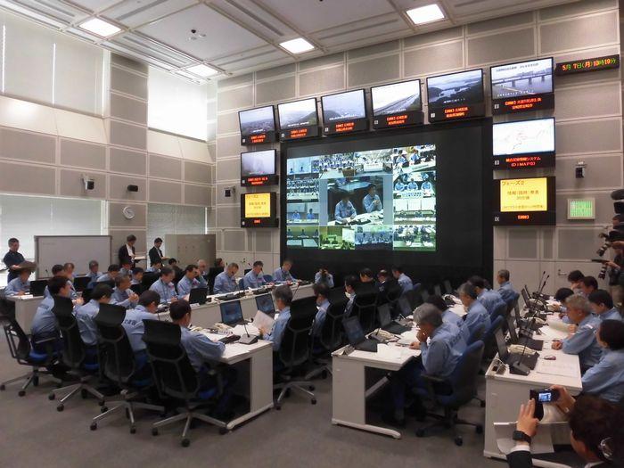写真・図版 : 南海トラフ地震の臨時情報発表を想定した国土交通省の訓練=2018年5月7日、東京都千代田区
