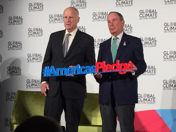 写真・図版 : 非国家主体による初めての国際会議「グローバル気候行動サミット」を主催したブルームバーグ前ニューヨーク市長(右)とブラウン・カリフォルニア州知事