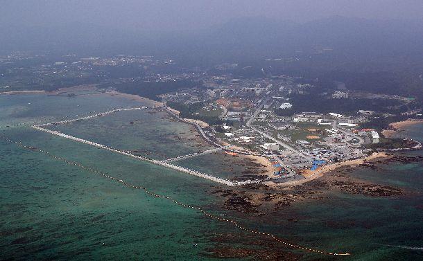 辺野古への基地移転で埋め立て海域を囲った護岸=2018年8月10日、沖縄県名護市