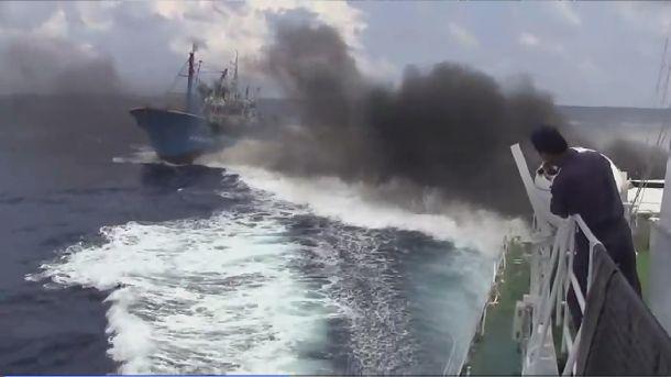 写真・図版 : 「ユーチューブ」に投稿された尖閣諸島沖での中国漁船衝突事件のビデオと見られる映像。巡視船「みずき」に衝突後、遠ざかる漁船=2010年11月5日