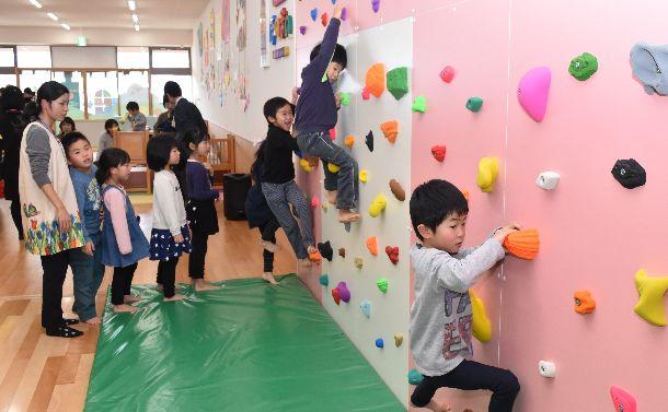 写真・図版 : 新潟県南魚沼市では、子育て支援として、空き店舗を活用した「子育ての駅ほのぼの」が開設した=2017年12月21日