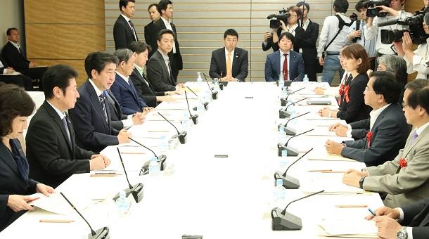 写真・図版 : 安倍晋三首相(左手前から3人目)も参加した総合科学技術・イノベーション会議=2018年6月14日