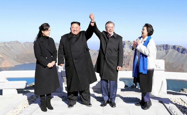 写真・図版 : 接近する南北朝鮮。中朝国境の白頭山で2018年9月20日、文在寅、金正恩両首脳が手を握り合った。ジョンウン氏を漢字でどう書くか。当て字も実は二転三転した=平壌写真共同取材団撮影」