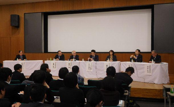 写真・図版 : 英語の大学入試改革をめぐって激しい議論が展開されたシンポジウム=2018年2月10日、東京都文京区の東京大