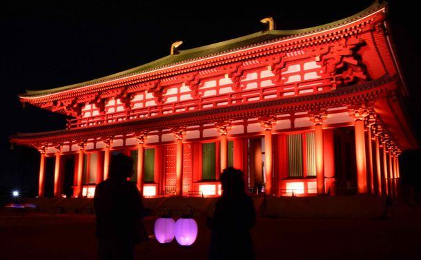 写真・図版 : ライトアップされたj興福寺の中金堂を眺める人々=10月22日、奈良市