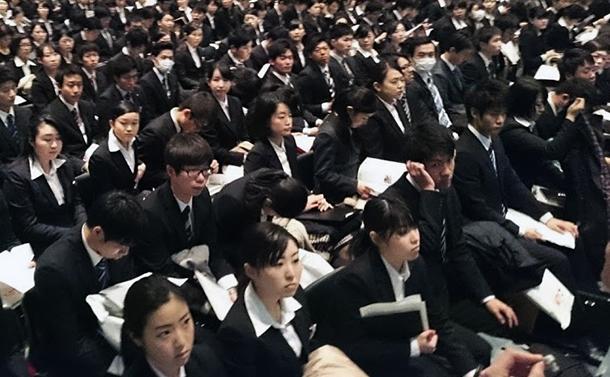 写真・図版 : 黒一色のリクルートスーツで就職活動に臨む日本の大学生