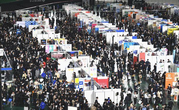 写真・図版 : 合同説明会に来場した学生たち=2018年3月1日、福岡市中央区、
