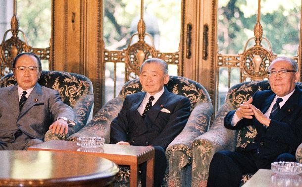 伊東正義総務会長(右)、渡辺美智雄政調会長(左)と竹下登首相(中央)。「首相辞任へ」という衝撃の情報に党内の関心は一気に「竹下後」へ =1989年4月25日