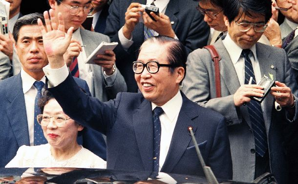 組閣から一夜明け、千代夫人に見送られて自宅を出る宇野宗佑首相=1989年6月3日
