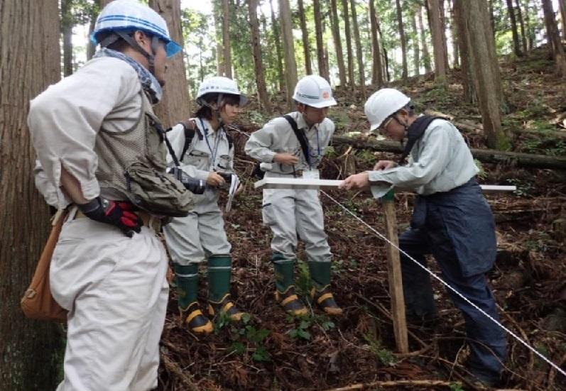 写真・図版 : 電磁波で風化土層の厚さを測っている様子=長野県