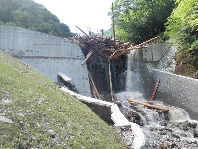 写真・図版 : 2018年7月の西日本豪雨後の砂防ダム。多くの流木などを受け止めていた=兵庫県宍粟市波賀町小野、兵庫県提供