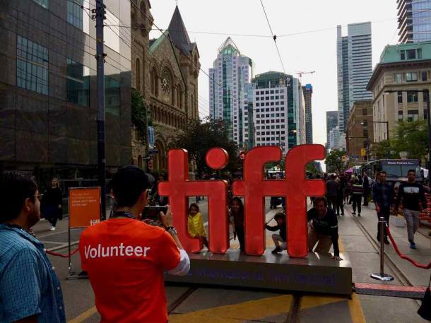 写真・図版 : TIFF(Toronto International Film Festival)マークの前での記念撮影が人気=撮影・筆者