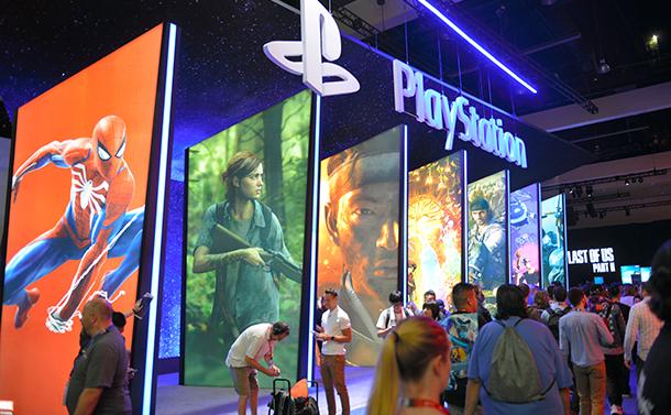 写真・図版 : 世界最大級のゲーム見本市「E3」のソニーのブース。プレステ4は大黒柱だ=2018年6月、米ロサンゼルス、中村光撮影
