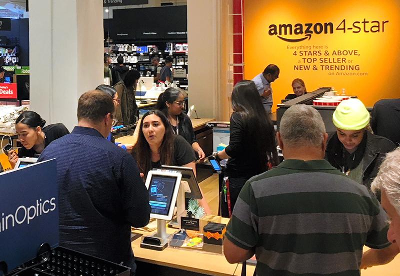 写真・図版 : ネット通販のアマゾンは、実店舗「アマゾン・4スター」も展開する=2018年9月、米ニューヨーク、江渕崇撮影