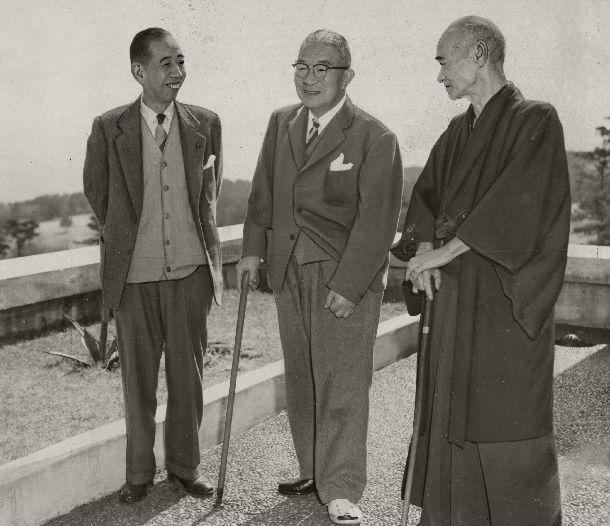 写真・図版 : 静岡県伊東市の川奈ホテルで静養中の鳩山一郎首相(中央)を訪ねた民主党の岸信介幹事長(左)。右は三木武吉総務会長=1955年3月6日