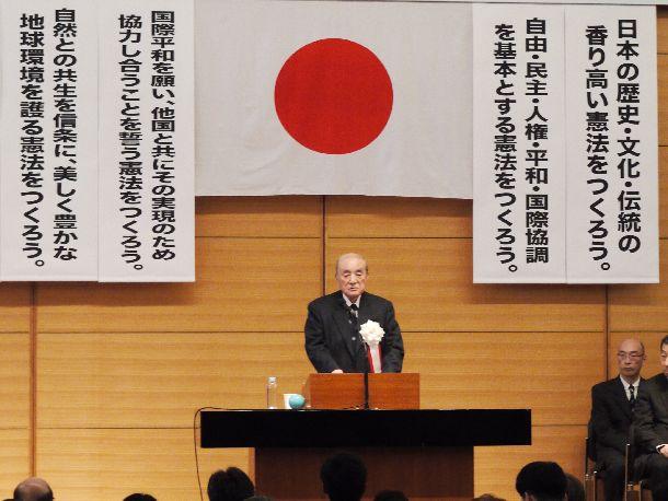 写真・図版 : 「新しい憲法を制定する推進大会」であいさつする中曽根康弘元首相=2016年5月2日、東京・憲政記念館