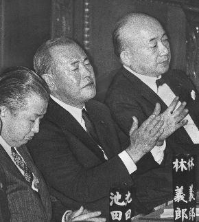 写真・図版 : 衆院本会議の指名投票で中曽根康弘首相が決定、拍手する田中角栄元首相(中央)。右は田中伊三次元法相=1982年11月26日