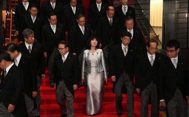 記念撮影を終えた第4次改造安倍内閣の閣僚たち。中央は唯一の女性閣僚の片山さつき地方創生相=2018年10月2日、首相官邸