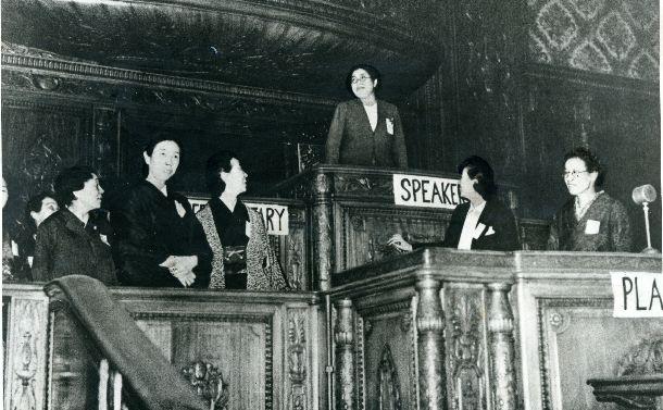 写真・図版 : 戦後初の総選挙で婦人議員が39人誕生。開会に先立ち衆院本会議場を見学する女性議員=1946年4月25日