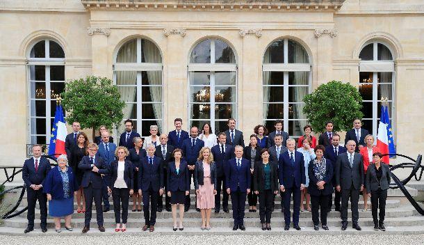 写真・図版 : 閣議後、記念撮影をするフランスのフィリップ内閣の閣僚。半数が女性だ=2018年10月17日、エリゼ宮(ロイター)