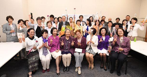 写真・図版 : 候補者男女均等法が成立を受け、記念撮影をした議員連盟の超党派の議員と女性団体のメンバーら。女性議員をいかに増やすかが、今後の課題だ=2018年5月16日、東京・永田町