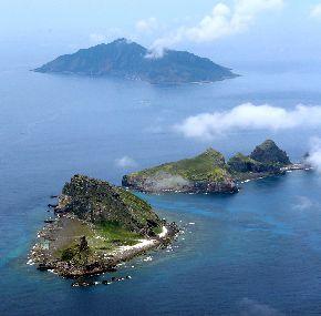 尖閣諸島の(手前から)南小島、北小島、魚釣島=2013年、沖縄県石垣市