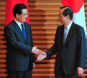 中国の胡錦濤(フーチンタオ)国家主席(左)と握手する福田康夫首相=2008年5月7日
