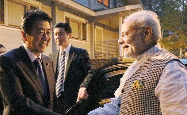 写真・図版 : インドのモディ首相(右)を山梨県鳴沢村の別荘で出迎える安倍晋三首相=2018年10月28日