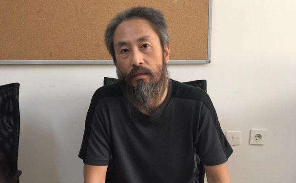 シリアでの拘束から解放され、英語で自分の名前などを語る安田純平さん=24日午前11時45分ごろ、トルコ南部ハタイ県のアンタキヤにある入国管理施設、ハタイ県提供 20181024