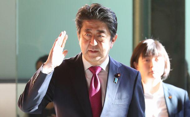 写真・図版 : 官邸に入る安倍晋三首相=2018年10月30日