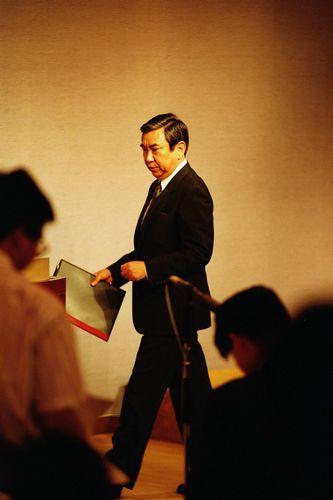 写真・図版 : 「従軍慰安婦」問題について、調査結果の書類を手に記者会見に向かう河野洋平・官房長官=1993年8月4日、首相官邸