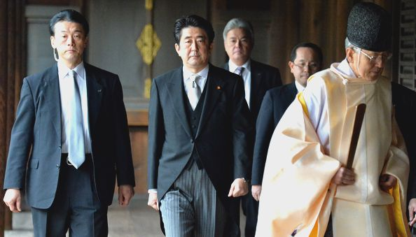 写真・図版 : 靖国神社を参拝した安倍晋三首相=2013年12月26日、東京・九段北