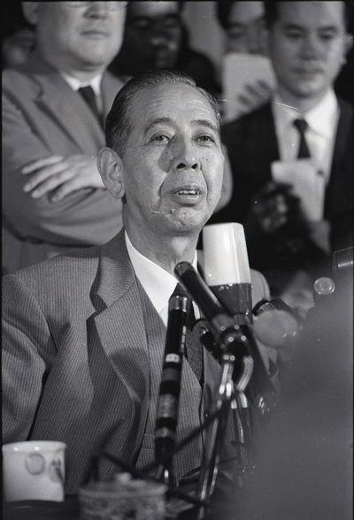 写真・図版 : 11か国歴訪を前に記者会見する岸信介首相=1959年7月9日、首相官邸